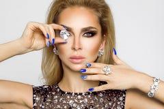 Porträt einer Schönheit mit Kristallen in den Zähnen und in den Händen Stockfotos