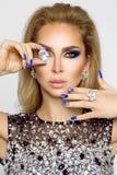 Porträt einer Schönheit mit Kristallen in den Zähnen und in den Händen Stockbild