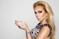 Porträt einer Schönheit mit Kristallen in den Zähnen und in den Händen Stockfoto