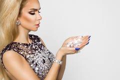 Porträt einer Schönheit mit Kristallen in den Zähnen und in den Händen Lizenzfreies Stockbild