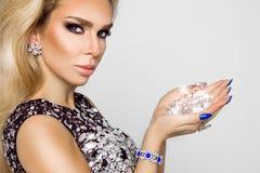 Porträt einer Schönheit mit Kristallen in den Zähnen und in den Händen Lizenzfreie Stockfotos