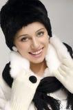 Porträt einer Schönheit mit Pelzwinterhut und -mantel Stockbild