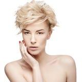 Porträt einer Schönheit mit sauberer Haut lizenzfreie stockbilder