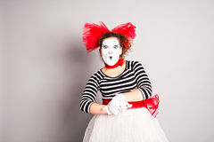 Porträt einer Schauspielerfrau kleidete oben als Pantomime, April Fools Day-Konzept an Lizenzfreies Stockbild