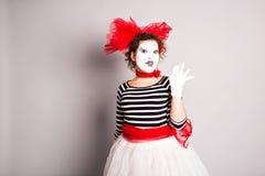 Porträt einer Schauspielerfrau kleidete oben als Pantomime, April Fools Day-Konzept an Stockfotografie