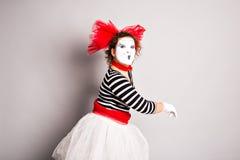 Porträt einer Schauspielerfrau kleidete oben als Pantomime, April Fools Day-Konzept an Lizenzfreie Stockfotos