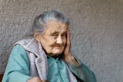 Porträt einer sehr alten geknitterten Frau Stockfotos
