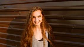 Porträt einer sehr glücklichen jungen Frau in der Straßenzeitlupe Nette Jugendliche, die Kamera vor betrachtet stock video footage