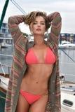 Porträt einer sexy Blondine in einem Badeanzug auf einer Yacht Stockbild