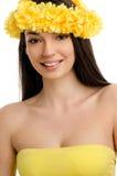 Porträt einer sexy Frau mit Kranz von gelben Blumen. Lizenzfreie Stockfotos
