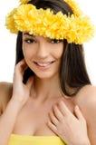 Porträt einer sexy Frau mit Kranz von gelben Blumen. Lizenzfreies Stockbild