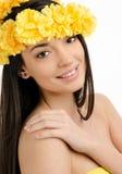 Porträt einer sexy Frau mit Kranz von gelben Blumen. Stockfoto