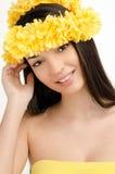 Porträt einer sexy Frau mit Kranz von gelben Blumen. Lizenzfreies Stockfoto