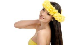 Porträt einer sexy Frau mit Kranz von gelben Blumen. Lizenzfreie Stockfotografie
