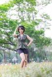 Porträt einer sexy jungen Frau, die in einem Park lächelt Stockbild