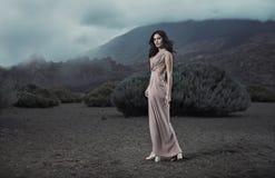 Porträt einer sinnlichen Dame in einem tropischen Platz lizenzfreies stockbild