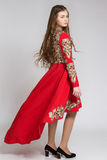 Porträt einer sinnlichen jungen Frau im roten Kleid, Hälfte gedreht Lizenzfreies Stockbild