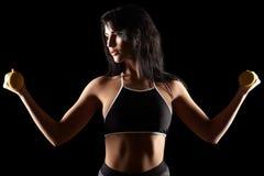 Porträt einer sportlichen Eignungsfrau des jungen Brunette mit Dummkopf Lizenzfreie Stockfotos