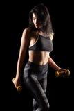 Porträt einer sportlichen Eignungsfrau des jungen Brunette mit Dummkopf Stockfoto