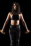 Porträt einer sportlichen Eignungsfrau des jungen Brunette mit Dummkopf Lizenzfreies Stockbild