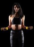 Porträt einer sportlichen Eignungsfrau des jungen Brunette mit Dummkopf Stockfotografie