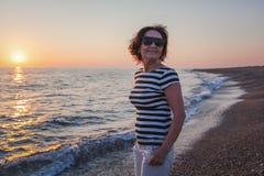 Porträt einer stilvollen attraktiven reifen Frau 50-60 Jahre auf Lizenzfreies Stockfoto