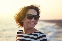 Porträt einer stilvollen attraktiven reifen Frau 50-60 Jahre auf Lizenzfreie Stockfotografie
