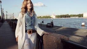 Porträt einer stilvollen Frau in den Jeans und in der weißen Wolljacke stock video footage