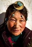 Porträt einer traditionellen Frau von Tibet Stockfotografie