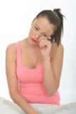 Porträt einer traurigen jungen Frau, die eine Träne von ihrem Auge abwischt Lizenzfreie Stockfotografie
