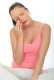 Porträt einer traurigen jungen Frau, die eine Träne von ihrem Auge abwischt Lizenzfreies Stockbild