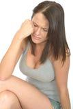 Porträt einer traurigen unglücklichen elenden attraktiven jungen Frau in der Bedrängnis Stockfoto