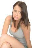 Porträt einer traurigen unglücklichen elenden jungen Frau, die gebohrt und beunruhigt schaut stockfotos