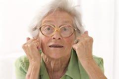 Porträt einer verärgerten älteren Dame mit Augengläsern stockbild