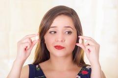 Porträt einer verwirrten Frau, die in hält, übergibt einer weichen Gelatine vaginale Tablette oder Zäpfchen, Behandlung von Krank Lizenzfreie Stockfotografie