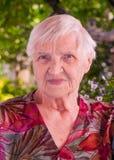 Porträt eines älteren Frauenlächelns lizenzfreie stockfotos