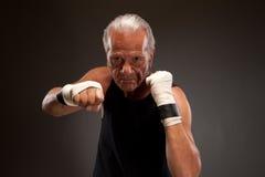 Porträt eines älteren Kämpfers, der in Richtung zur Kamera locht Stockbild