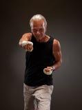 Porträt eines älteren Kämpfers, der in Richtung zur Kamera locht Stockfotografie