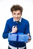 Porträt eines überraschten Mannes mit Geschenk Lizenzfreie Stockfotos