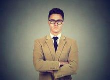 Porträt eines überzeugten ernsten jungen Geschäftsmannes Stockbild