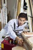 Porträt eines überzeugten Handwerkers, der an Bilderrahmen arbeitet Lizenzfreies Stockfoto