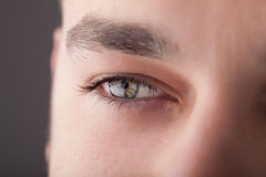 Porträt eines Abschlusses des gutaussehenden Mannes herauf Auge Lizenzfreie Stockbilder