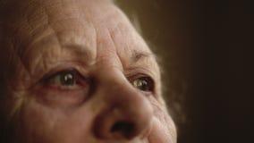 Porträt eines alten einsamen Menschen, der heraus das Fenster schaut stock video footage