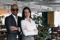 Porträt eines arabischen Geschäftsmannes mit einem Mädchen Lizenzfreie Stockfotografie