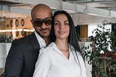 Porträt eines arabischen Geschäftsmannes mit einem Mädchen Stockfotografie