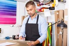 Porträt eines Arbeiters am Druckerstudio stockfotos