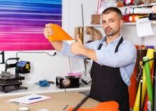 Porträt eines Arbeiters am Druckerstudio lizenzfreies stockbild