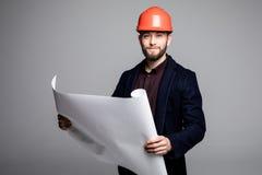 Porträt eines Architektenerbauers, der Planplan der Räume, ernsten Bauingenieur arbeitet mit Dokumenten auf Bau studiert Lizenzfreie Stockfotografie