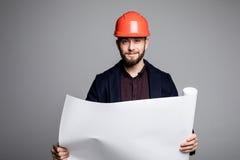 Porträt eines Architektenerbauers, der Planplan der Räume, ernsten Bauingenieur arbeitet mit Dokumenten auf Bau studiert Stockfotografie