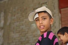 Porträt eines armen Jungen in der Straße in Giseh, Ägypten stockbilder